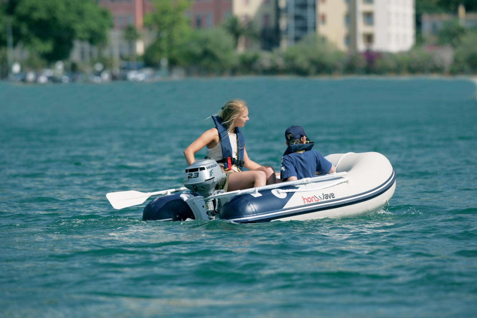 маленькая резиновая лодка с мотором